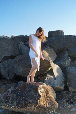 Below the knee, sleeveless tshirt dress with boat neck and side splits. A classic style dress. White.