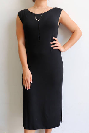 Below the knee, sleeveless t-shirt dress with boat neck and side splits. A classic style dress. Black.