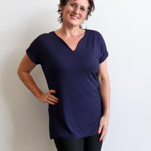 In The Moment T-shirt made in bamboo is the short-sleeved women's basic top. Navy blue.