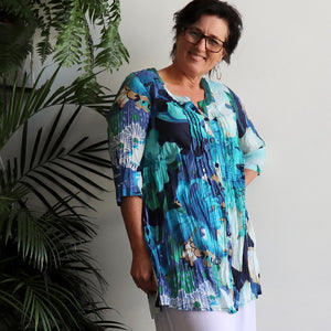The tropical Island Resort Blouse is a top for seaside lunches and poolside cocktails or just to feel in a vacation mood! Blue. Side view.