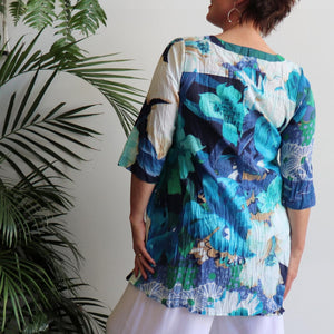 The tropical Island Resort Blouse is a top for seaside lunches and poolside cocktails or just to feel in a vacation mood! Blue. Back view.