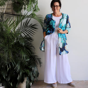 The tropical Island Resort Blouse is a top for seaside lunches and poolside cocktails or just to feel in a vacation mood! Blue. Cardi long view.