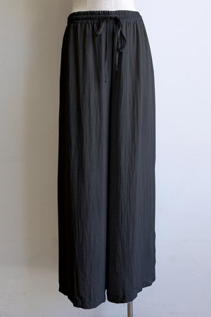 Elastic waist long lounge pant in softly flowing linen blend fabric with a luxe feel. Black.