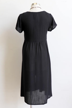 Made from a softly draping linen-blend fabric and designed for cruisy summer days. Short Sleeve Dress with full button front and below the knee hemline. In sizing options from 6 to 20. Black.