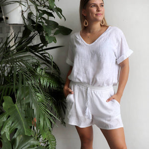 Italian made women's short sleeve summer top. Soft v-neck with scalloped hemline made with 100% Italian linen. Free-fitting size, shoulder to hemline 65cm, bust 115cm. White.