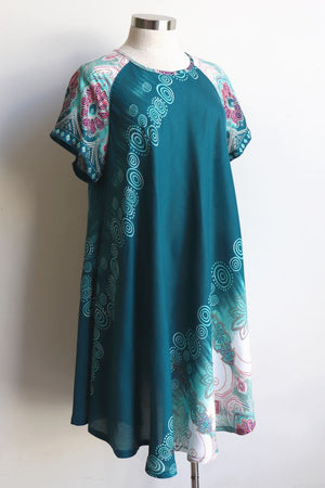 Short Sleeve two-toned rayon tunic dress. Free-flowing with round neck and Scalloped Hem. Onesize, fits 10 - 18 plus.  Teal.