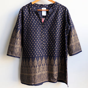 Sunshine Kurta Tunic manufactured in a striking temple themed patterned print. Ethically handmade + produced in lightweight cotton with a mid-length sleeve. Available in sizes S-XXXL.  Navy.