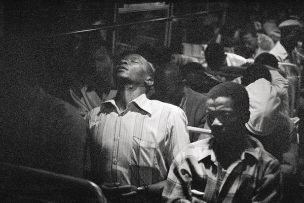 David Goldblatt. Going home: Marabastad-Waterval route: for most of the people in this bus, the cycle will start again tomorrow at between 2 and 3 am, 1984, épreuve argentique sur papier fibre, 29 × 44 cm.