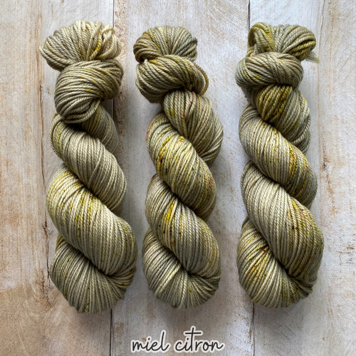 MIEL CITRON by Louise Robert Design | MERINO WORSTED hand-dyed speckled yarn