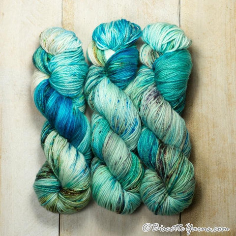 Hand-dyed Sparkling Lumos self-striping yarn | Plume de paon