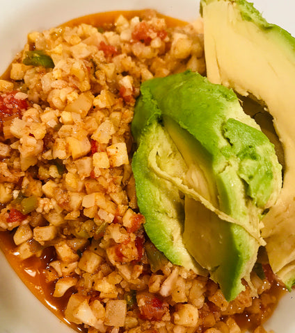 Riced cauliflower with spices, veggies and avocado