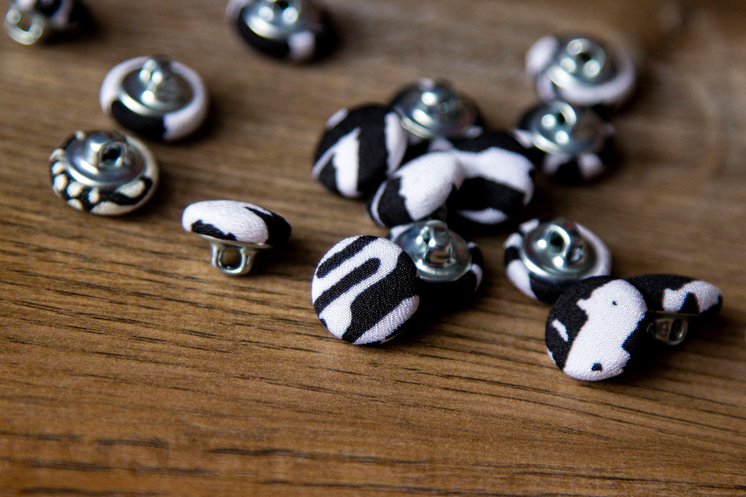 "1/2"" (1,3 cm) Black + White Abstract Button"