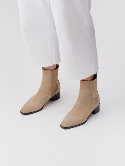 Outside: 100% suede leather. Inside: goat. Outside: 100% leather with  rubber inlay. Shape: squared. Heel shape: block. Heel height: 4,5 cm