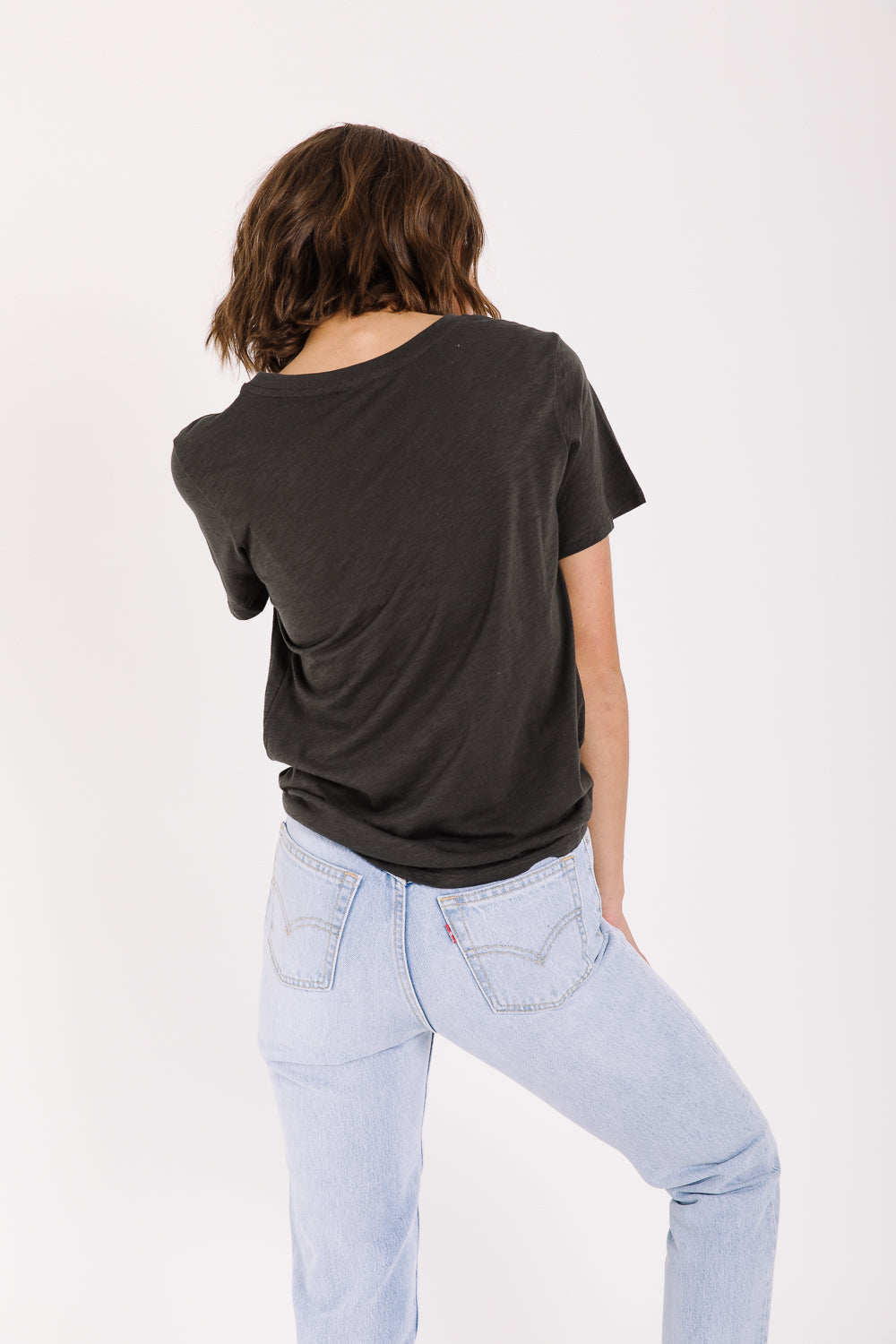 The Take It Easy Graphic Tee in Charcoal