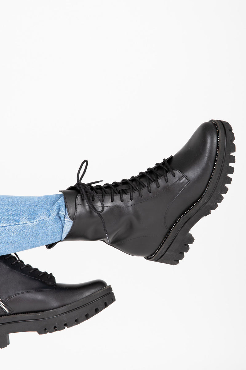 Dolce Vita: Prym Boots in Black Leather, studio shoot; side view
