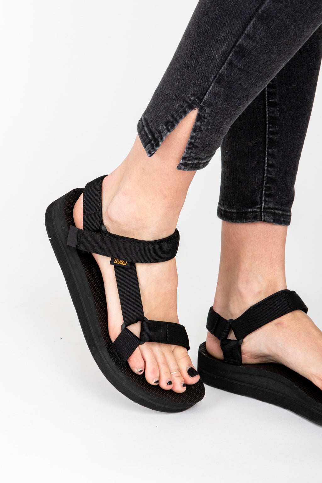 Teva: Midform Universal in Black, studio shoot; side view
