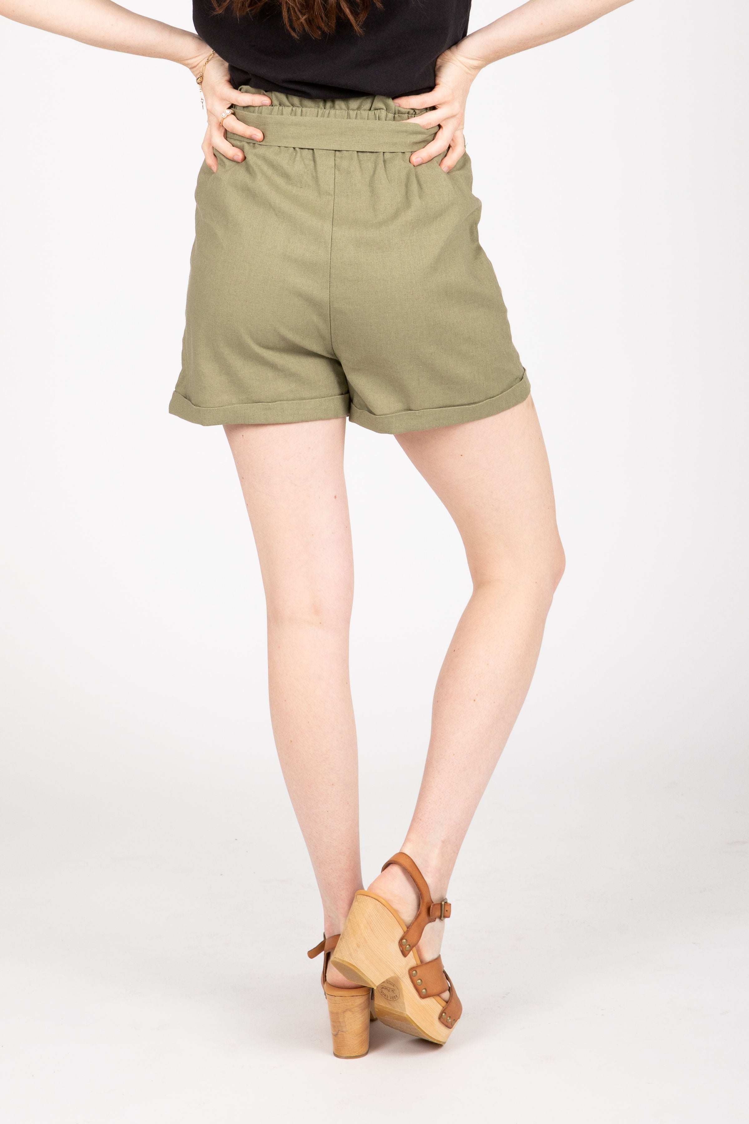 The Era Pleated Shorts in Olive