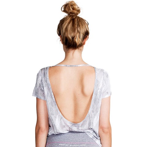 Drop of Mindfulness Erica T-Shirt Grey Feather Logo Open Back Camiseta Tencel Estampado Pluma Gris Espalda Abierta