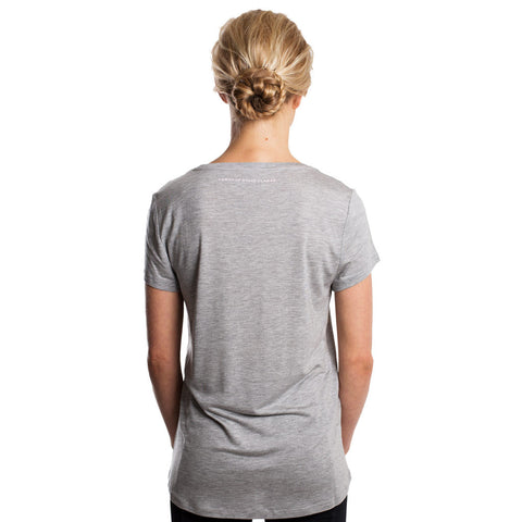 Drop of Mindfulness Isadora T-Shirt Grey Melange Perfectly Imperfect Loose Tee Tencel Camiseta Manga Corta Suelta Gris Letras Rosa Yoga