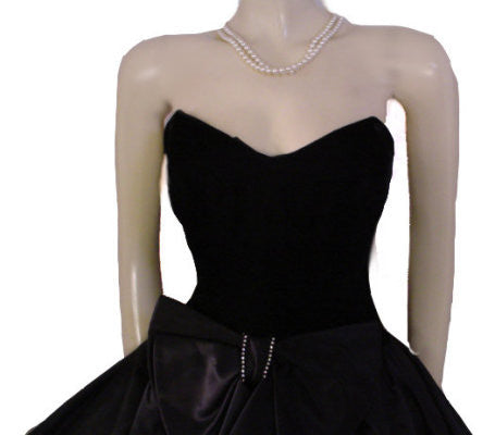 VINTAGE '80s GUNNE SAX BY JESSICA McCLINTOCK SWEETHEART NECKLINE BLACK VELVET & SATIN PARTY DRESS WITH ATTACHED CRINOLINE & RHINESTONE BOW