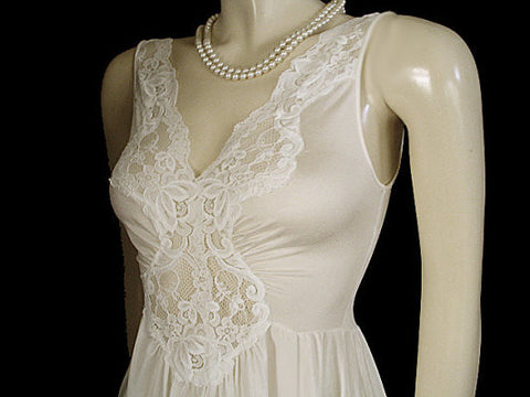 VINTAGE OLGA-LOOK LORRAINE LACE SPANDEX GRAND SWEEP NIGHTGOWN IN SPUN SUGAR - 15 FOOT GRAND SWEEP