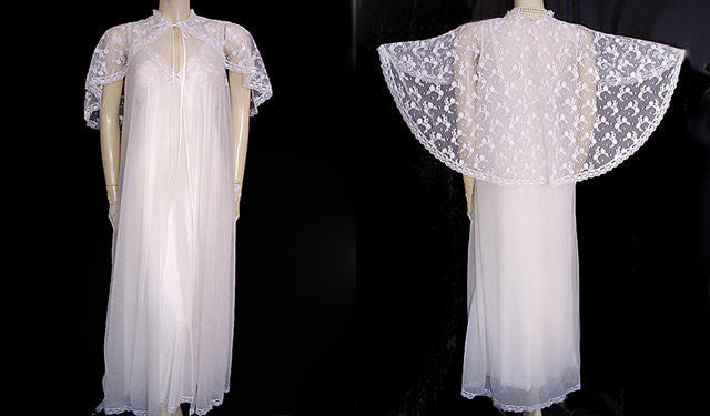 VINTAGE GILEAD BRIDAL TROUSSEAU PEIGNOIR & NIGHTGOWN SET LAVISHED WITH A HUGE CHANTILLY LACE CAPE COLLAR IN BRIDAL WHITE