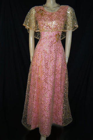 VINTAGE ANN'S VOGUE SHOPPE METALLIC GOLD LACE & PINK CAPE EVENING GOWN WITH SEQUIN & GOLD BEADED FLOWERS & LEAVES