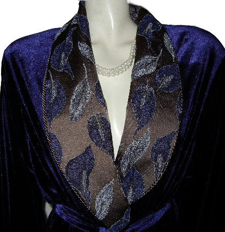 NEW - GORGEOUS DIAMOND TEA LUXURIOUS WRAP-STYLE SPANDEX VELVET VELOUR ROBE IN AMETHYST WITH BROCADE APPLIQUE-LOOK FLORAL & LEAF COLLAR & CUFFS - SIZE MEDIUM - #2 - WOULD MAKE A WONDERFUL GIFT
