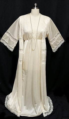 VINTAGE 60s / 70s PEIGNOIR & NIGHTGOWN SET ADORNED WITH LACE IN SPARKLING CHAMPAGNE