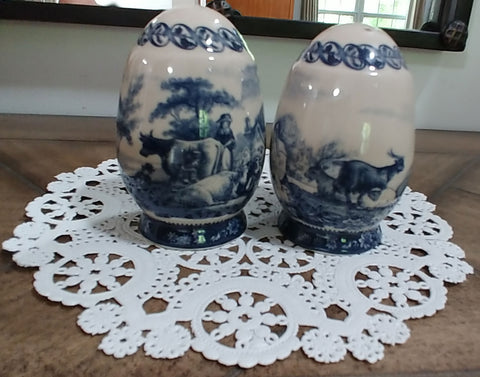 BEAUTIFUL VINTAGE BLUE TRANSFER WARE SALT & PEPPER SHAKERS