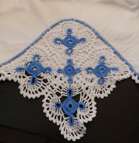 STRIKING VINTAGE HAND CROCHETED CRISP WHITE & BLUE SCALLOPED PILLOW CASES - 1 PAIR - COTTAGE LOOK