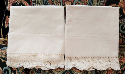BEAUTIFUL VINTAGE HEIRLOOM CROCHETED BY HAND FILET LACE SCALLOPED PILLOW CASES - 1 PAIR