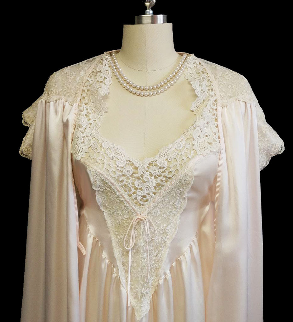 00a1eaacbd9 GORGEOUS VINTAGE DONNA RICHARD LACE   SATIN PEIGNOIR   NIGHTGOWN SET IN  SHIMMERING PINK PEARL