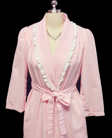 VINTAGE EVELYN PEARSON PINK CANDY STRIPE SEERSUCKER ROBE ADORNED WITH WHITE EYELET - PERFECT FOR SUMMER AND TRAVEL