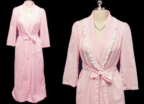 VINTAGE 60s / 70s EVELYN PEARSON PINK CANDY STRIPE SEERSUCKER ROBE ADORNED WITH WHITE EYELET - PERFECT FOR SUMMER AND TRAVEL