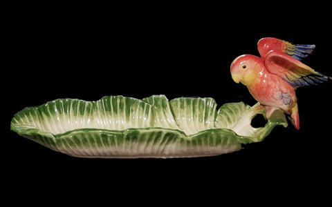 VINTAGE 1986 FITZ & FLOYD PORCELAIN BEAUTIFULLY COLORED PARROT PERCHED ON A BANANA LEAF DISH