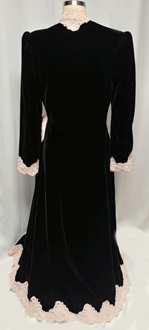 GLAMOROUS ONE OF A KIND VINTAGE GEORGETTE TRABOLSI BLACK VELVETY DRESSING GOWN ROBE WITH PINK SATINY BOW & CHANTILLY LACE