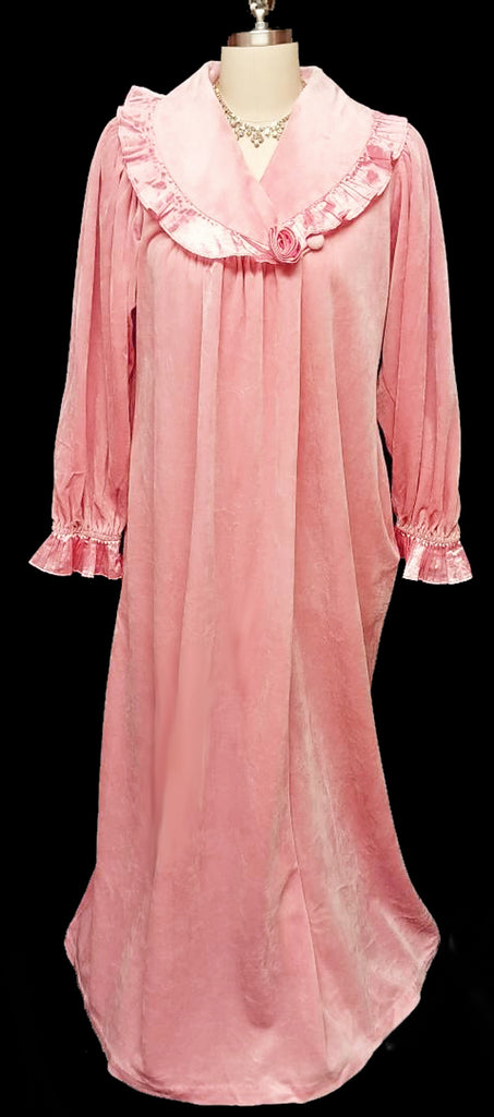 VINTAGE GILLIGAN O'MALLEY DRESSING GOWN LOUNGER ROBE ADORNED WITH SATINY PLEATS & A FABRIC ROSE