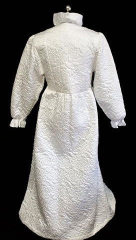 GLAMOROUS VINTAGE GILLIGAN O'MALLEY QUILTED GLEAMING SATIN BRIDAL TROUSSEAU ROBE DRESSING GOWN WITH LARGE FABRIC ROSE IN SNOW QUEEN