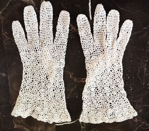 VINTAGE 1950s HAND CROCHET WHITE GLOVES WITH FLARED CUFFS & BUTTON