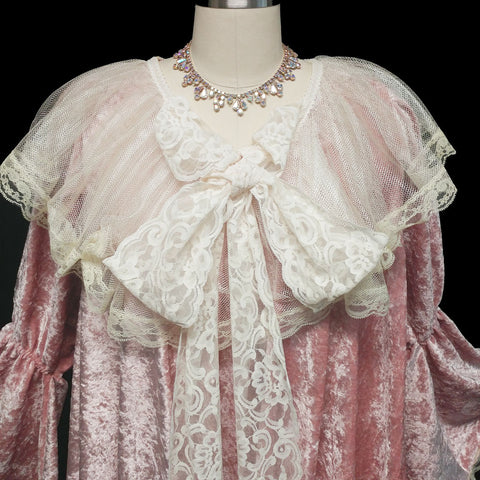 NEW WITH TAG - EXQUISITE VICTORIAN-LOOK PINK PANNE VELVETEEN DRESSING GOWN ROBE ADORNED WITH VENETIAN CHANTILLY LACE WITH GORGEOUS JULIET BELL SLEEVES – SIZE SMALL – WOULD MAKE A FABULOUS GIFT!