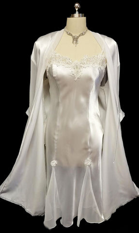VINTAGE INTIMO AMORE CHANTILLY LACE & SATIN PEIGNOIR & NIGHTGOWN SET IN EMBELLISHED WITH PEARLS & SEQUINS IN BRIDAL WHITE