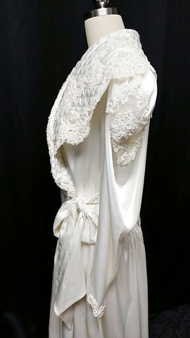 NEW WITH TAG - GORGEOUS VINTAGE 1980s JONQUIL BY DIANE SAMANDI FROM SAKS FIFTH AVENUE DRESSING GOWN PEIGNOIR DRIPPING WITH CHANTILLY LACE & PEARLS - SIZE LARGE & MADE IN THE U.S.A.!