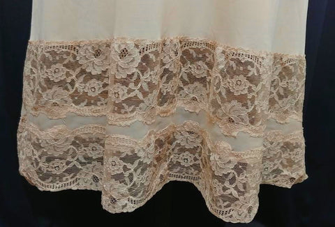 EXQUISITE VINTAGE LUXITE BY KAYSER LACE SLIP IN IRISH CREAM IN A LARGER SIZE
