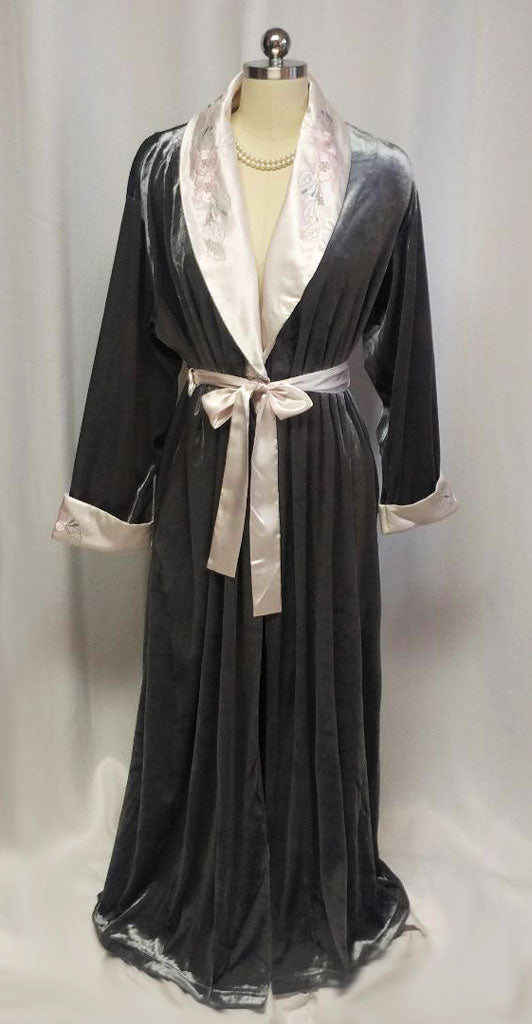 BEAUTIFUL OSCAR DE LA RENTA LUSH VELOUR VELVET WRAP ROBE WITH EMBROIDERED SATIN LAPELS & CUFFS