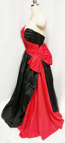 GLAMOROUS VINTAGE '50s / '60s MOVIE STAR LOOK RED & BLACK PLEATED STRAPLESS EVENING GOWN WITH HUGE BOW