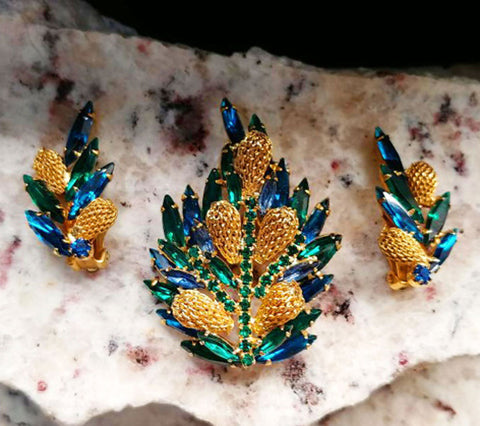 VINTAGE SPARKLING ROYAL BLUE & EMERALD GREEN MARQUIS AND ROUND RHINESTONE PIN AND EARRINGS SET