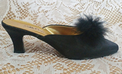 GLAMOROUS VINTAGE SOLELY OURS BLACK SATIN MARABOU PEEP TOE BEDROOM SLIPPERS / MULES - NEW OLD STOCK