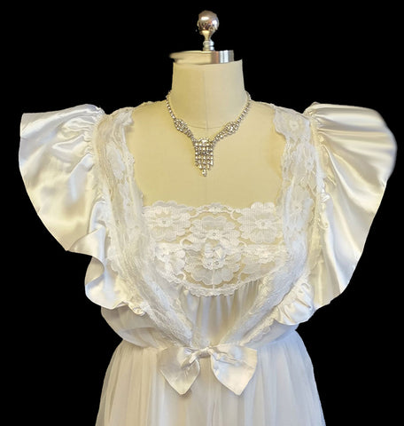 VINTAGE BRIDAL WEDDING NIGHT VAL MODE PEIGNOIR & NIGHTGOWN SET ADORNED WITH SATIN RUFFLES & BOW IN ANGELIC WHITE