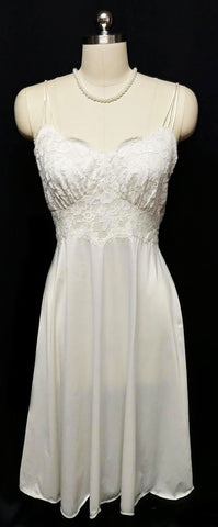 VINTAGE VANITY FAIR BRIDAL TROUSSEAU EXQUISITE LACE NYLON TRICOT NIGHTGOWN IN WINTER SNOW